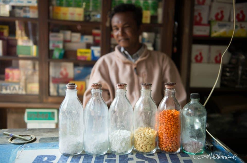 Le pharmacien du marché de Chauk.