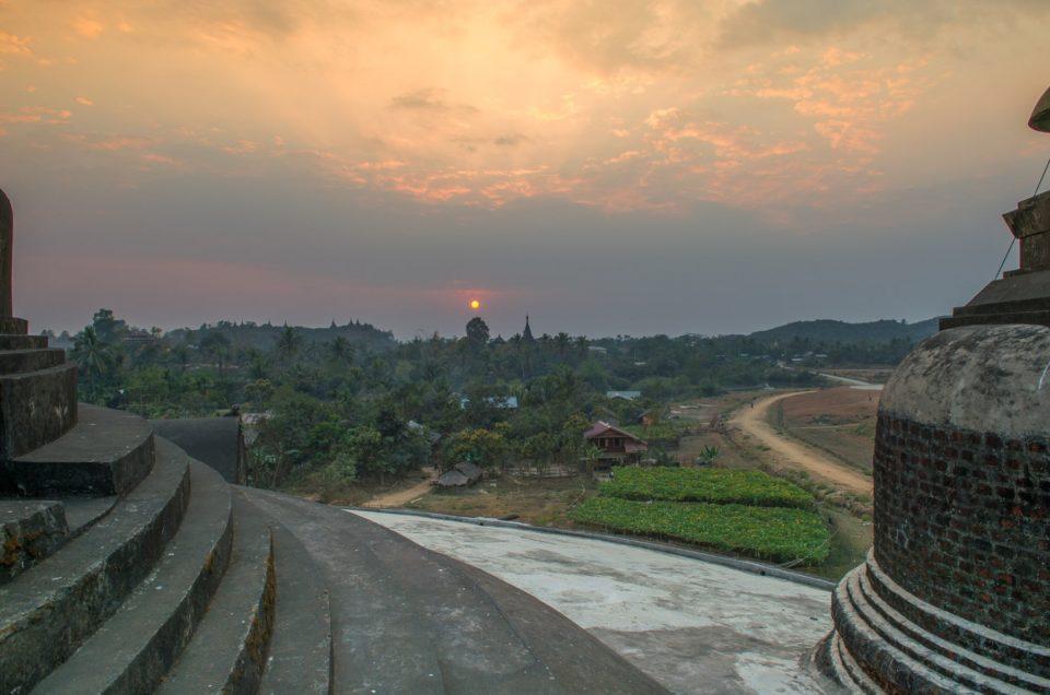 Le soleil se couche sur Mrauk-U.