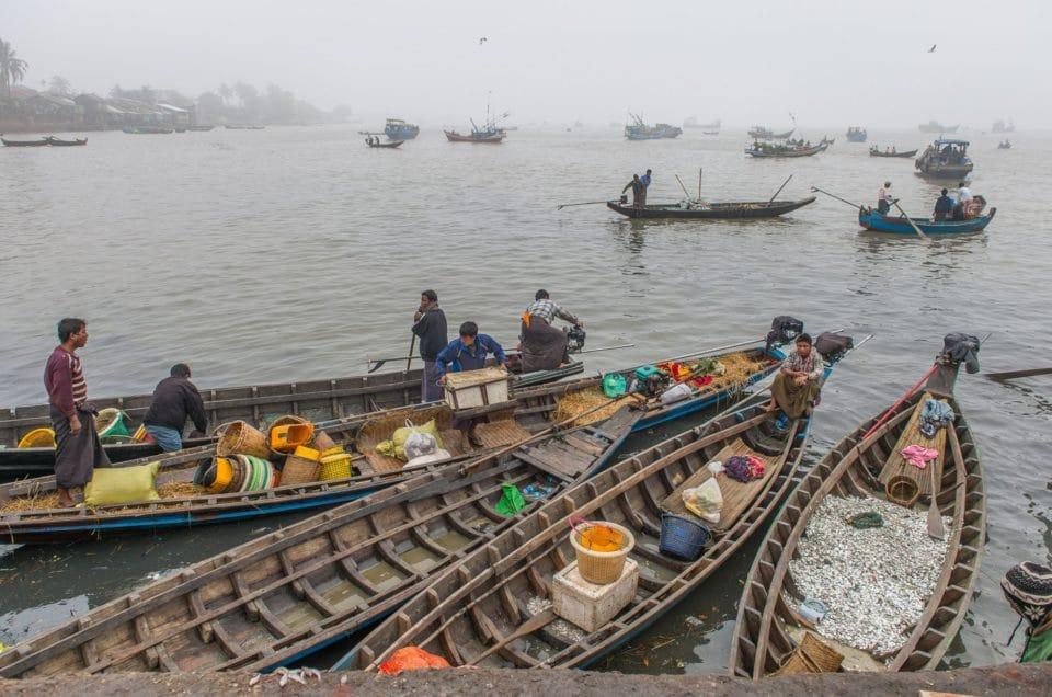 Le déchargement des bateaux de pêche.