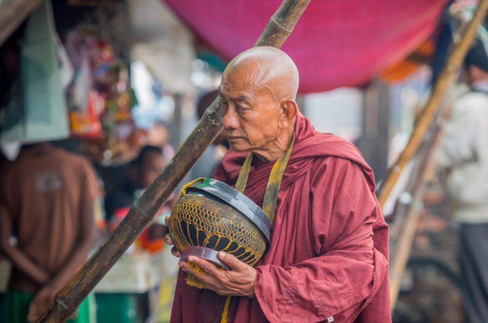 La quête du moine au marché.