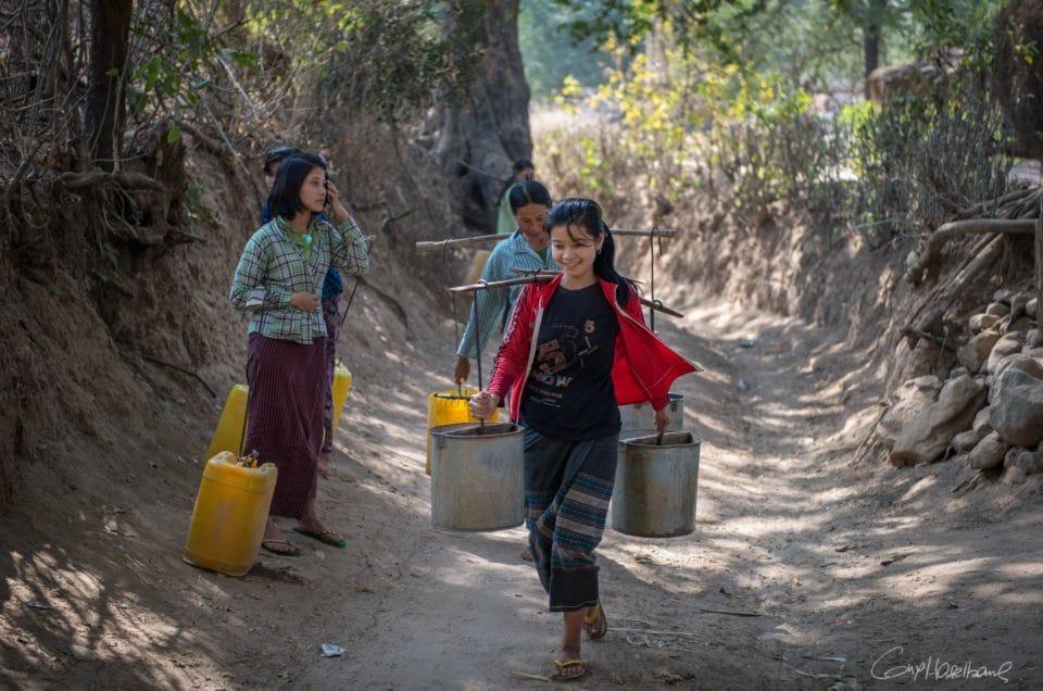 Les porteuses d'eau du village.