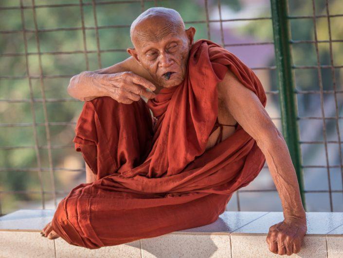 Le vieux moine au cigare.