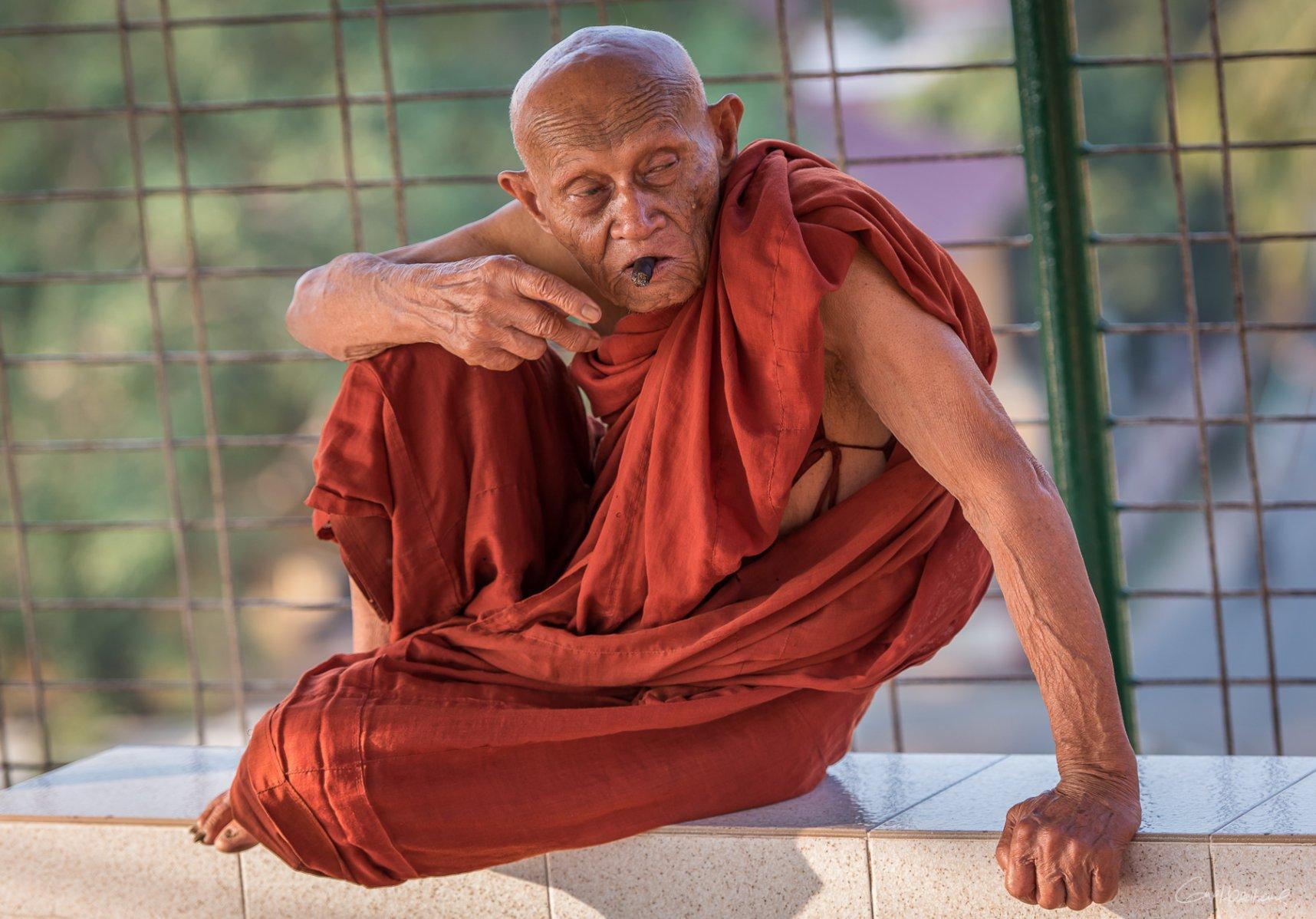 Moine de la pagode Kyaik Than Lan de Moulmein - Birmanie.