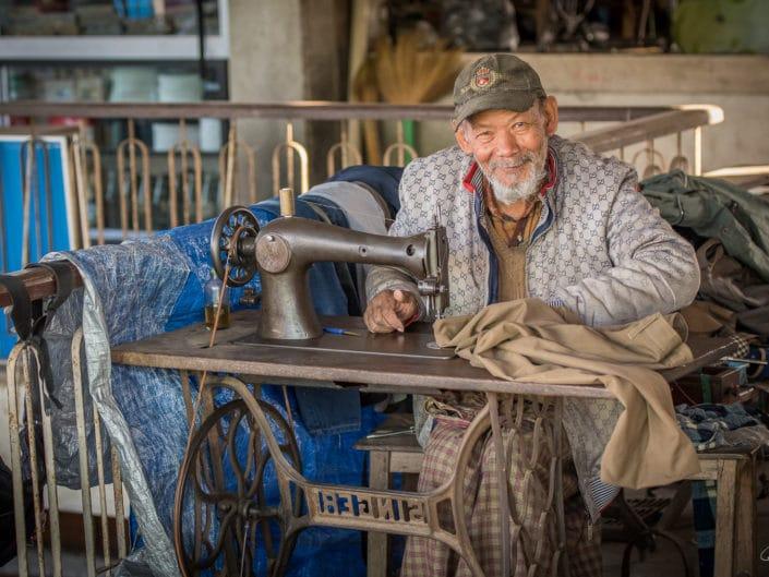 Le vieux couturier à la Singer.