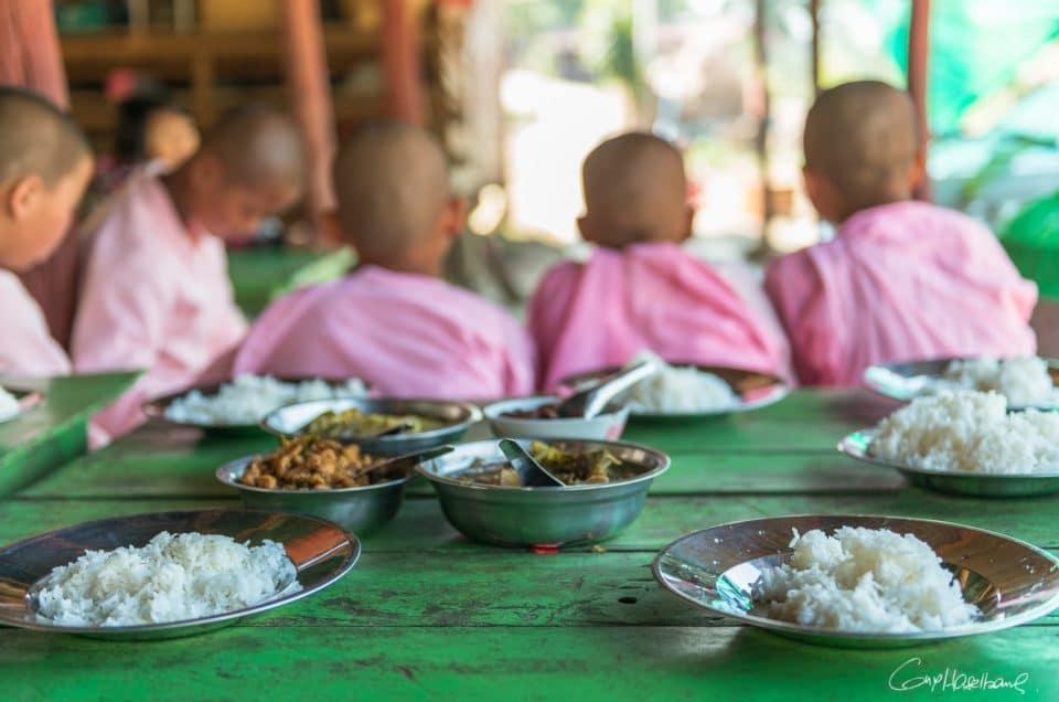 Le repas des jeunes nonnes.