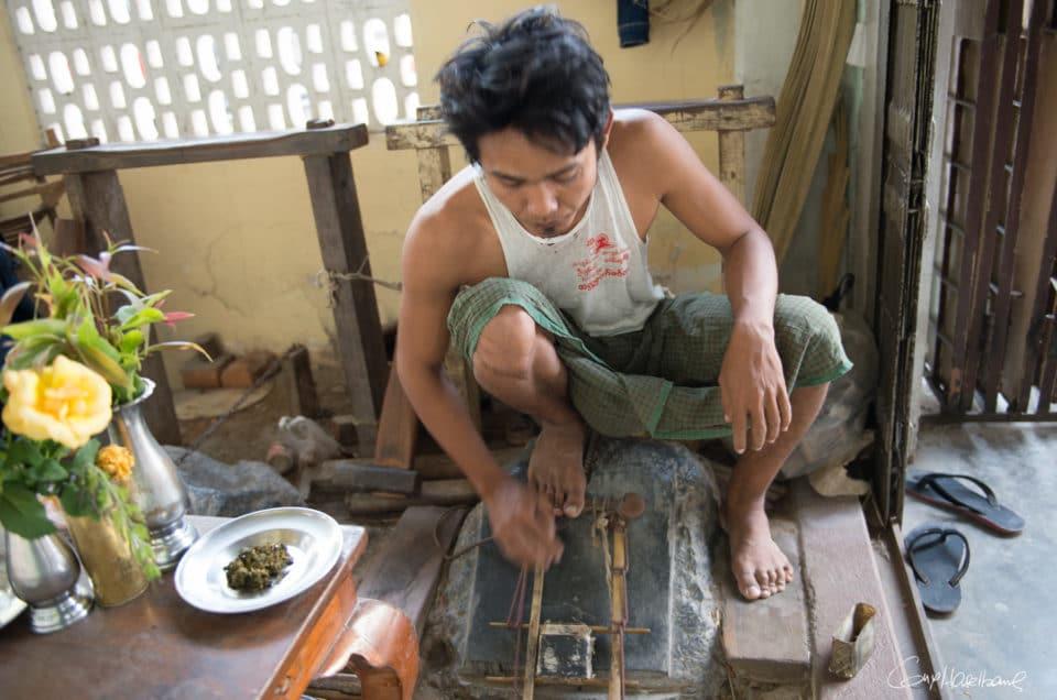 Aung Khaing, frappeur de feuilles d'or.